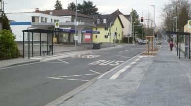 Ein Stück weiter Stadtauswärts: gegenüber liegende Bushaltestellen, damit der Verkehr auch ordentlich gestaut wird bis zu dem davor liegenden Kreisel, damit auch dieser seinen Sinn verliert. Links ein Fußweg, der keinen Platz für Personen mit Kinderwagen
